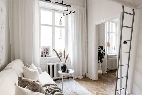 25 kvadratmeter är inte stort – men här finns ändå två rum, kokvrå och sovloft.