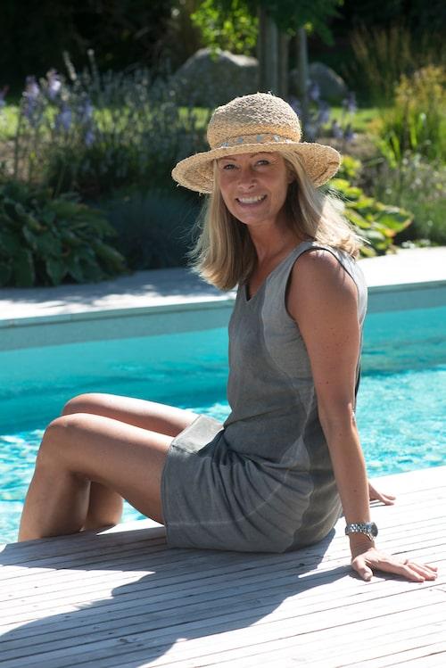 Annelie njuter av sin altan och tar gärna ett morgondopp varje dag under sommarsäsongen.