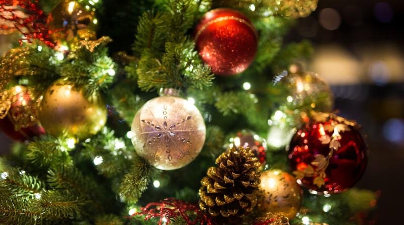 Förr hade man som tradition att dansa runt granen. I dag har jullekarna bytt karaktär och gått över till bland annat Nonstop leken, pipande russin och snöbollsprick.