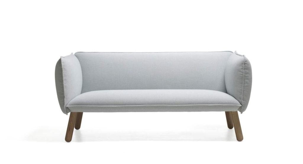 Bubblig med rejäla ben<br>Soffa Dormi i vitt med ben i ask, design av Josefine Alpen för Ire möbel, 160 centimeter bred, 16 490 kronor, Länna möbler.