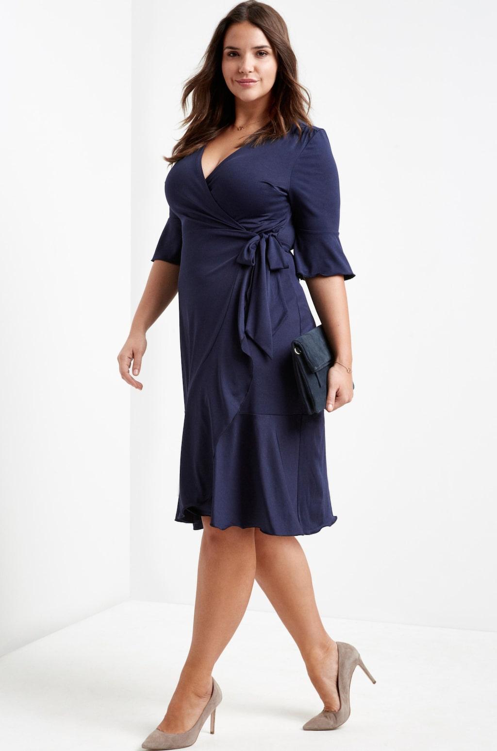 Klänning i feminin Omlottmodell med 3/4-lång volangärm. 399 kronor, Ellos Plus collection.