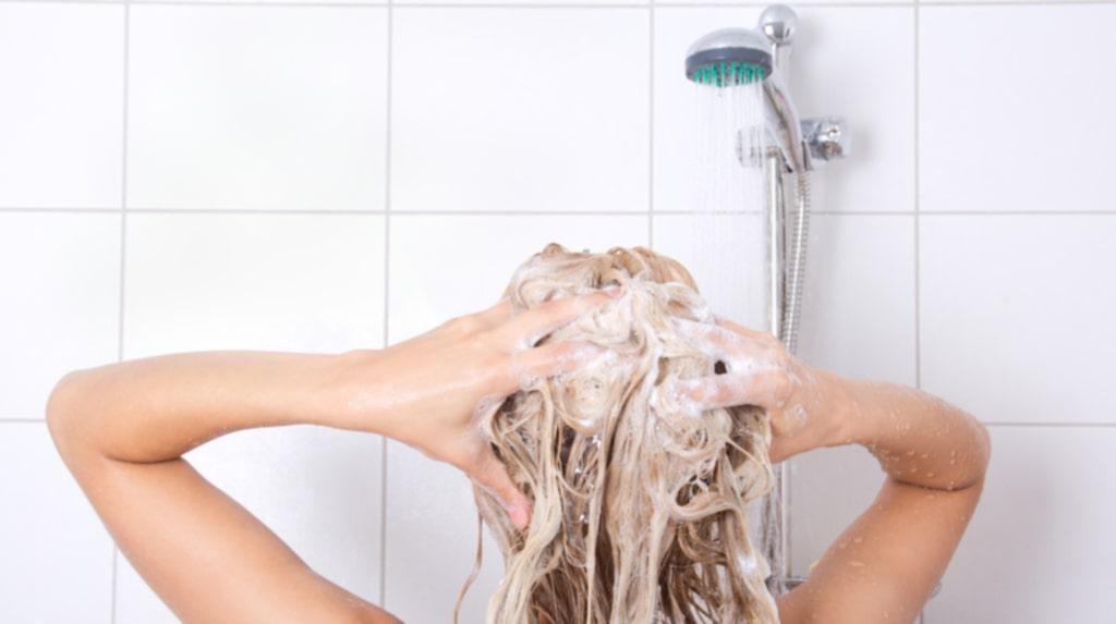 Att bada är visserligen skönt, men det går åt mycket mer varmvatten än när du duschar. Ransonera badandet och satsa på effektivare rengöring i form av en kort dusch. Stäng helst av vattnet medan du tvålar in dig eller schamponerar håret.
