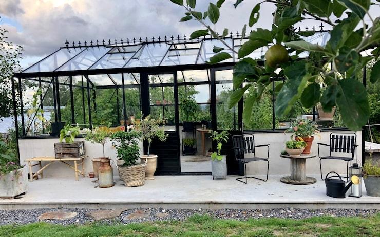Det vackra växthuset lät Karl bygga i samband med att han skrev sin bok om kärleken till odlingen.
