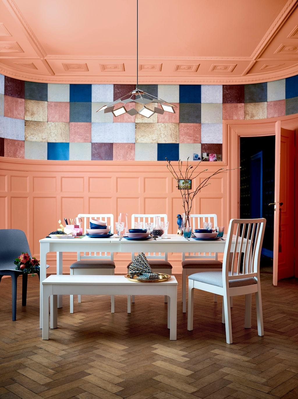 Ekedalen serie. Utdragbart bord, 1795 kronor. Vit.  Stol, 425 kronor styck. Vit.  Bänk, 799 kronor. Vit.