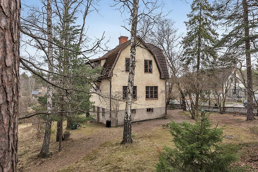 Trädgården är på 1 448 kvadratmeter och ligger i skyddat läge med fruktträd, träd, buskar och gräsytor.
