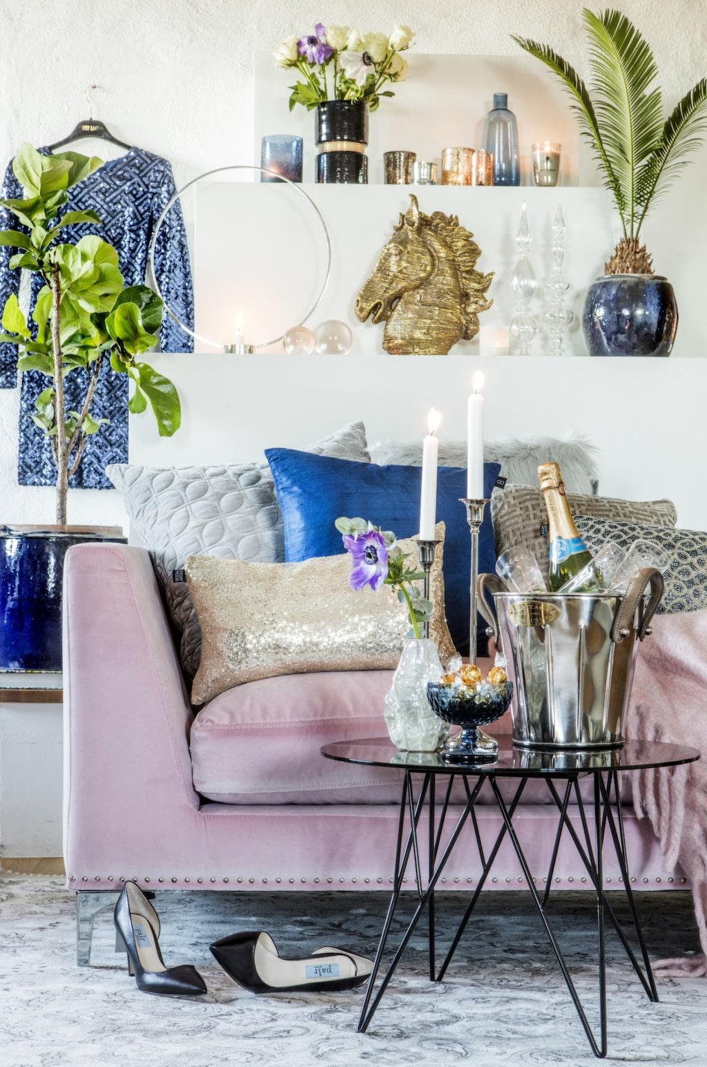 <p>Rosa divan, 13000 kronor, C/O home. Soffbord, 1295 kronor, Mio. Cirkelformad, försilvrad ljusstake Gloria, 1 200 kronor, Klong. Klicka på plustecknet i bilden för att handla i LEVA&amp;BO:s webbutik!<br></p>