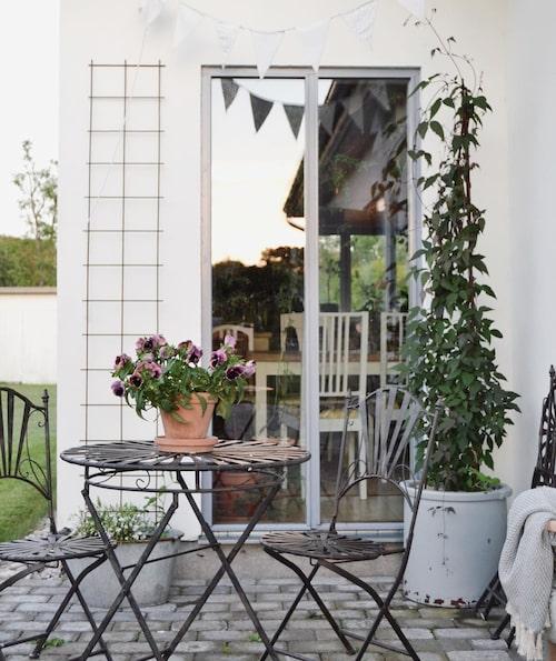 """""""Vid uteplatsen på framsidan ligger morgonsolen på och där äter vi frukost när solen skiner"""", säger Linneá."""