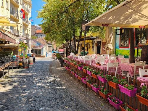 Skadarlija är ett bohemiskt kvarter där restaurangerna serverar traditionell mat och lokala viner.