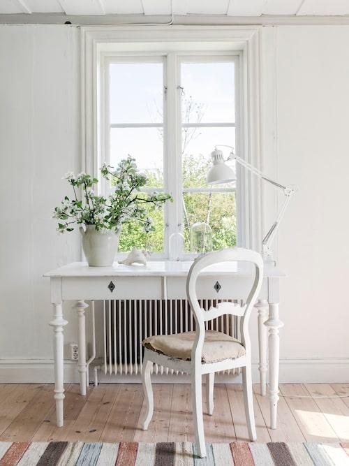 Britta och Martin har inrett sitt hem med kärlek till det enkla och har försökt hitta möbler, både ärvda och loppisfyndade, som passar husets stil. De vackra trägolven skuras med fet linoljesåpa en gång per år.
