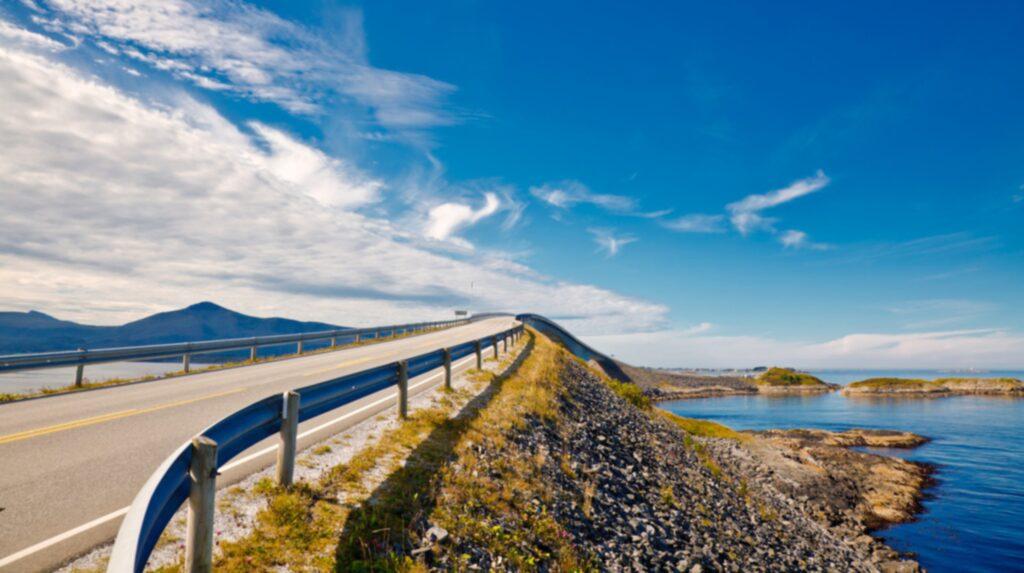 Rutten löper mellan orterna Bud och Kårvåg på Atlantkusten cirka 20 mil sydväst om Trondheim.