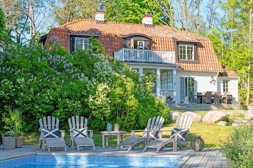 När Camilla Läckberg köpte sommarhuset för tio år sedan ska hon ha betalat 14 miljoner kronor. Nu sålde hon det för 25 miljoner kronor.