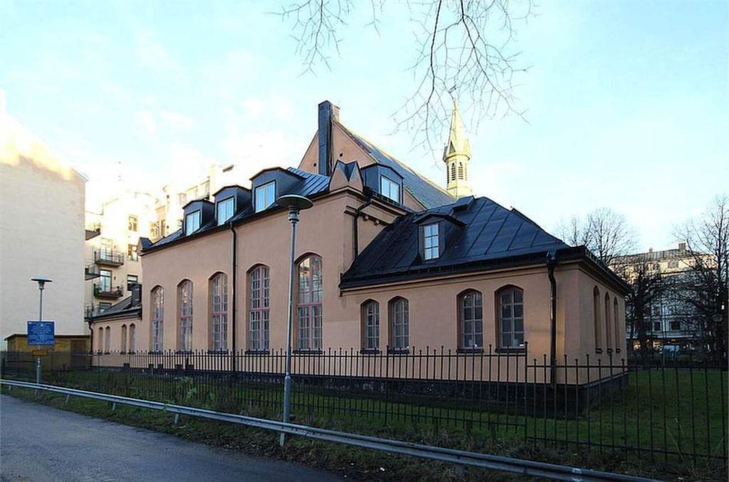 Kyrkosalen har en invändig lokalyta på ca 245 kvadratmeter och ett läktarplan på ungefär 60 kvadratmeter.