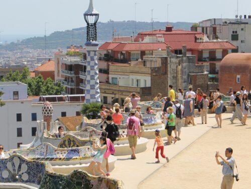 Parc Güell ligger högt på en kulle med fin utsikt över centrala Barcelona.