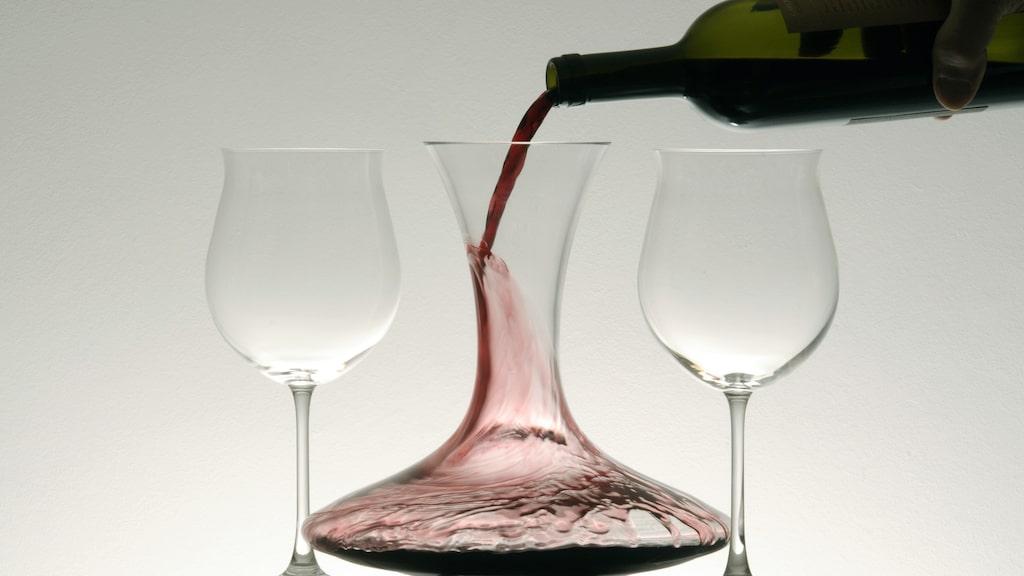 Häll i stället upp vinet i en karaff eller tillbringare.