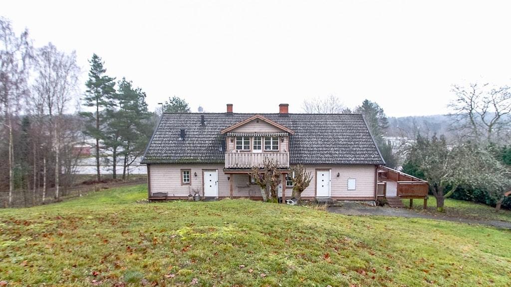 Huset ligger i en slänt och har en tomt på 1 888 kvadratmeter.