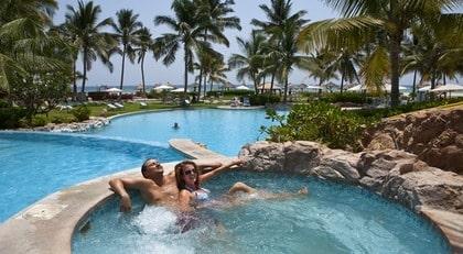 OMAN. Monika Kallova och Maros Markovic njuter av svalkan i poolen.