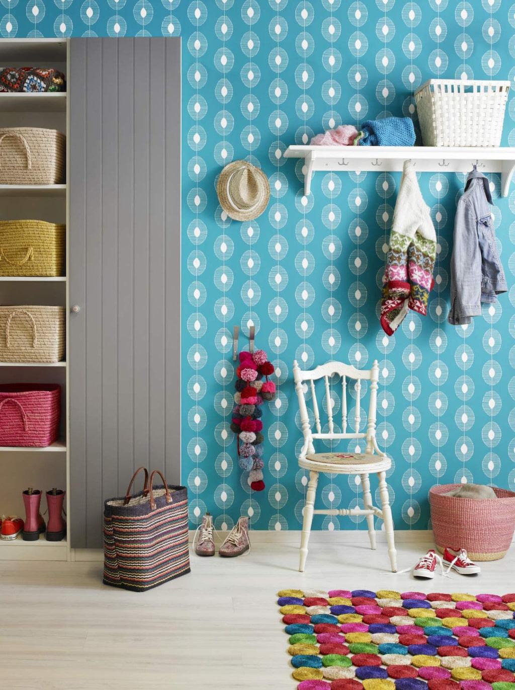 <p>Blå hall. Mysig och välkomnande hall i en lantlig och färgglad stil. Två garderober, den ena med dörr och den andra utan ger all förvaring man behöver. Fina korgar, en loppisstol och den roliga mattan sätter en personlig prägel. Väggen är tapetserad med tapeten Miss Print 2 – MISP1088, Midbec. Pax garderob med dörr, Ikea. Korgar från Rice i skåpet. Matta och rund korg, Afroart. Övrigt privat.</p>