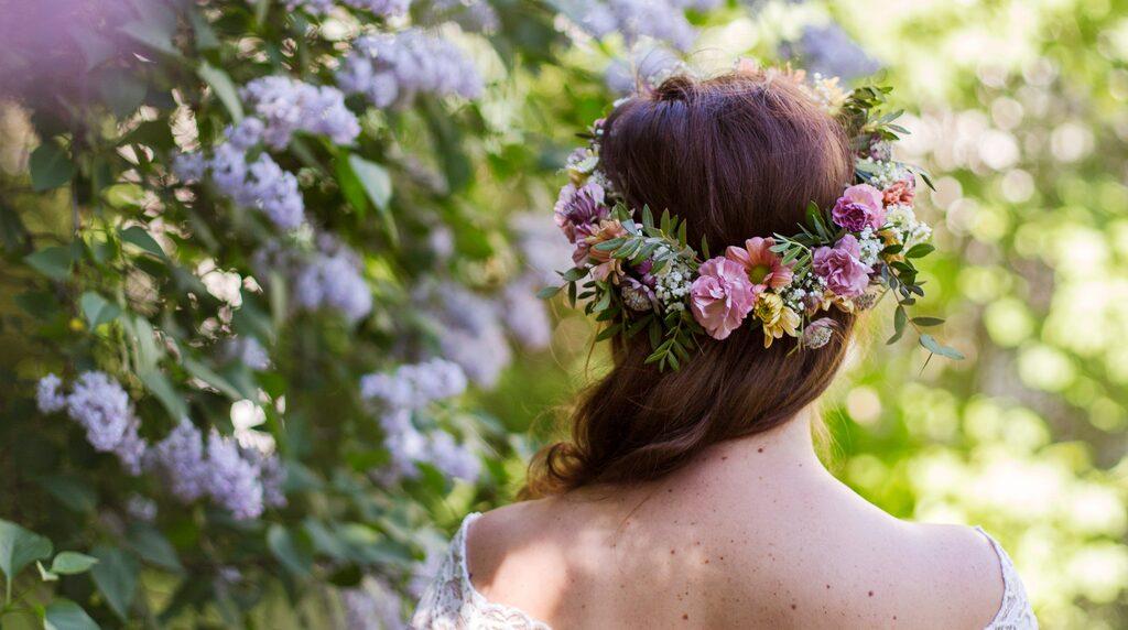 Visst är det stämningsfullt med blommor i håret på midsommar. Med rätt knep är det dessutom ganska enkelt att skapa den perfekta kransen.