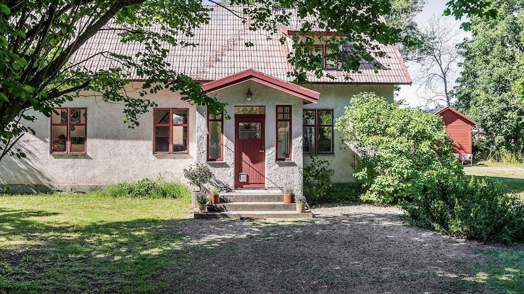 Det putsade huset byggdes 1930 och har på senare år genomgått ett flertal renoveringar.