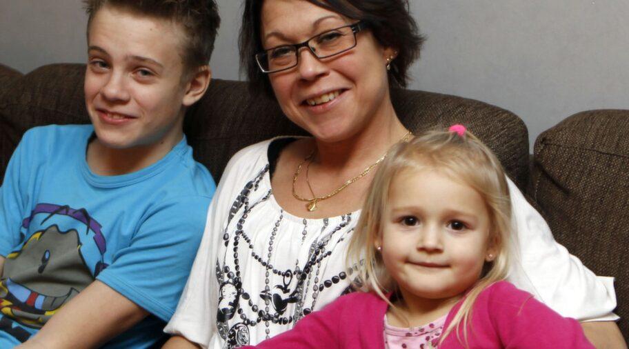 """FRISK I DAG. Mari Larsson, 38, var bara 21 år när hon fick en hjärtinfarkt utan att förstå vad det var. """"Jag fick ont i tänderna och tog en tablett"""". Efter en ballongutvidgning av kranskärlen är hon frisk och utan men. Här med barnen Pontus, 12, och My, 3,5 år."""
