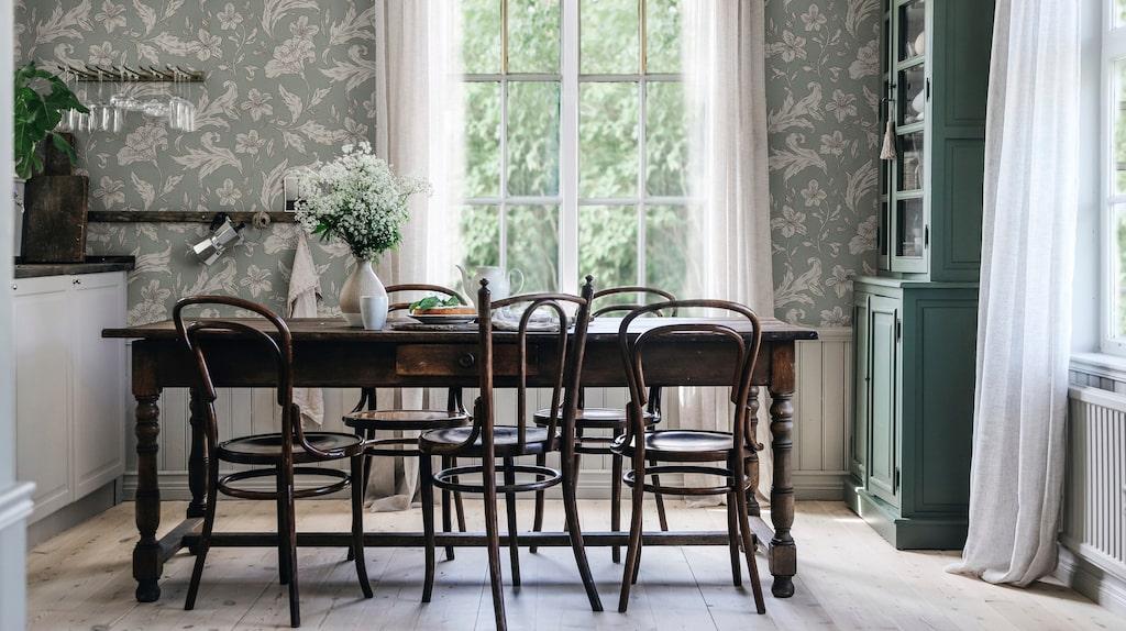 En mönstrad tapet i köket ger både ett spännande och harmoniskt intryck. Blommor och blad i tapeten Karin Forest green, 900 kronor/rulle, Sandberg.