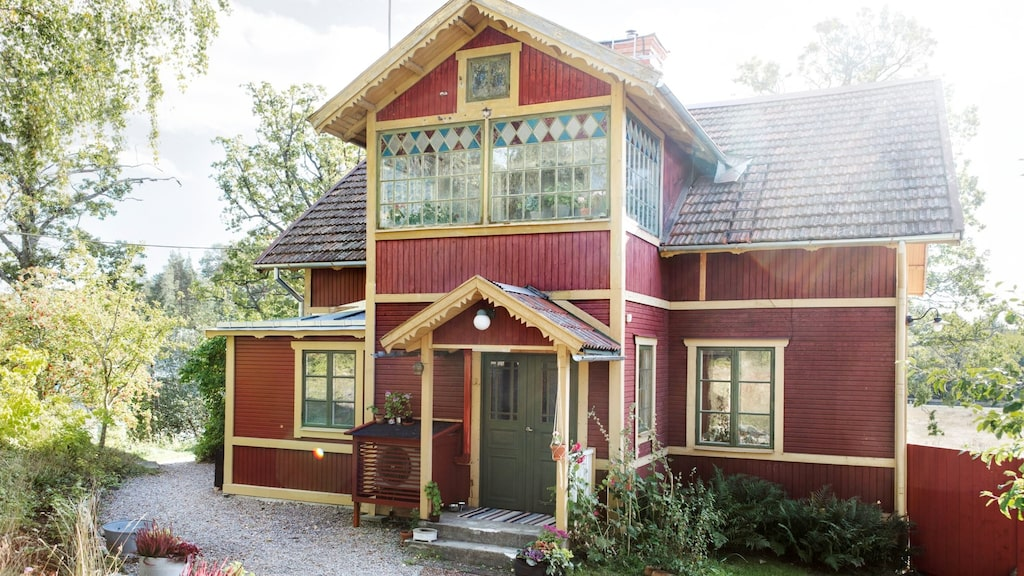 Det här huset är byggt 1905 och var sedan 1935 endast sommarbostad. Ingen har bott permanent i huset på 80 år, men för fem år sedan tog nya ägare över och har renoverat det varsamt med respekt för den äldre stilen.