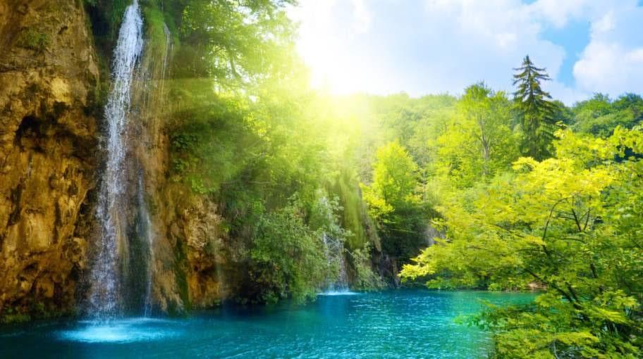 Nationalparken består av sjöar, skogar, grottor och vattenfall.