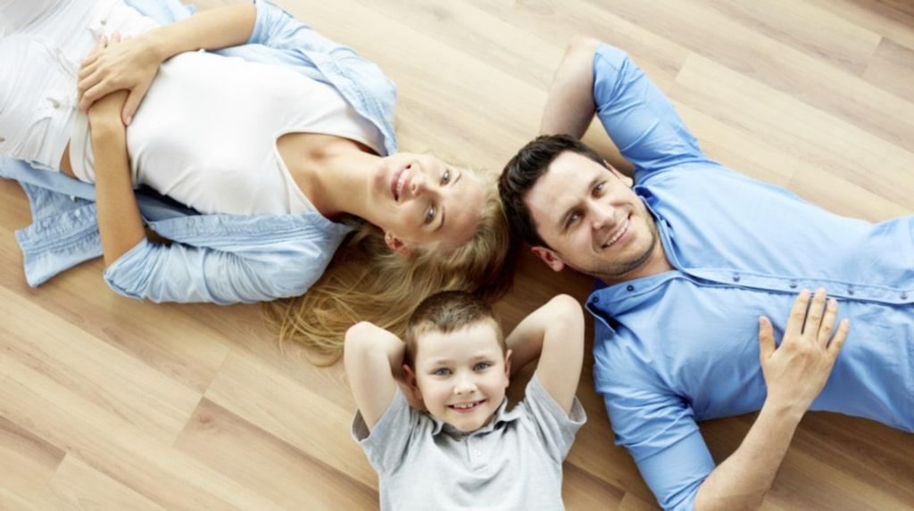 Att golvvärme blivit så populärt är inte konstigt, det är skönt med varma golv när temperaturen kryper neråt. Komforten, med en jämnare och mer spridd värme jämfört med element, är också en fördel.