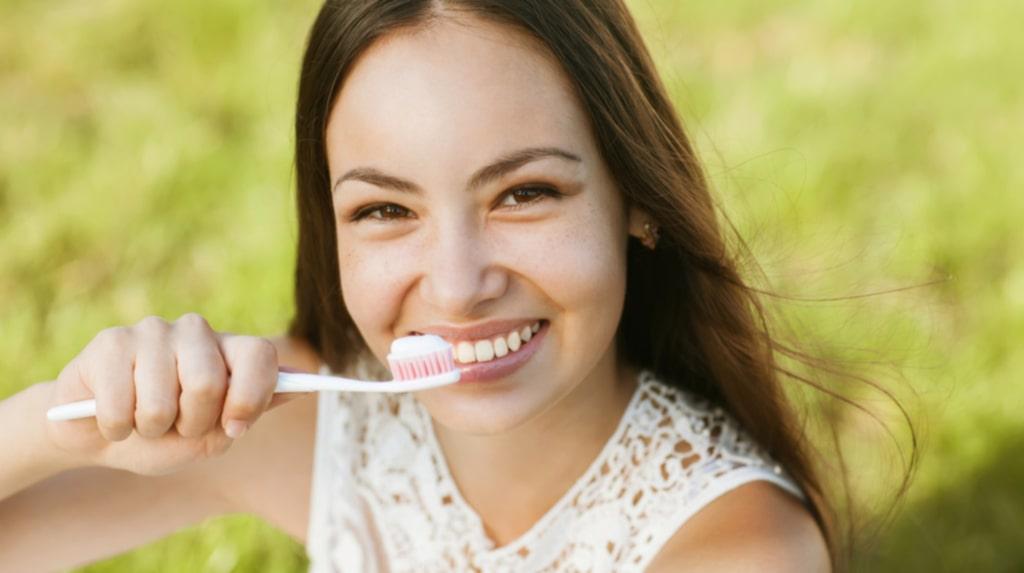 <p>Det går att få vita tänder utan skadliga blekmedel.</p>
