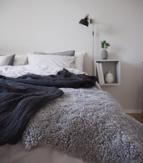 Sovrummet har en lugn känsla och är en favoritplats i hemmet.