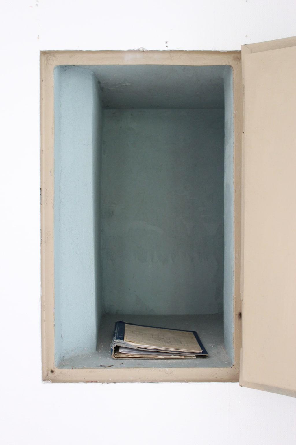 I murstocken fanns ett inbyggt kassaskåp där stadens alla viktiga papper förvarades. I dag finns här en gammal pärm med ritningar och en del historia om huset som följt med alla ägare.