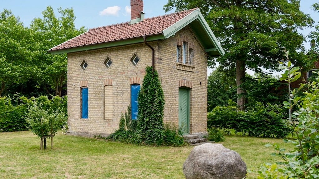 Den södra annexbyggnaden på cirka 25 kvadratmeter (bygglov finns sökt för att inreda bostad i denna byggnad).