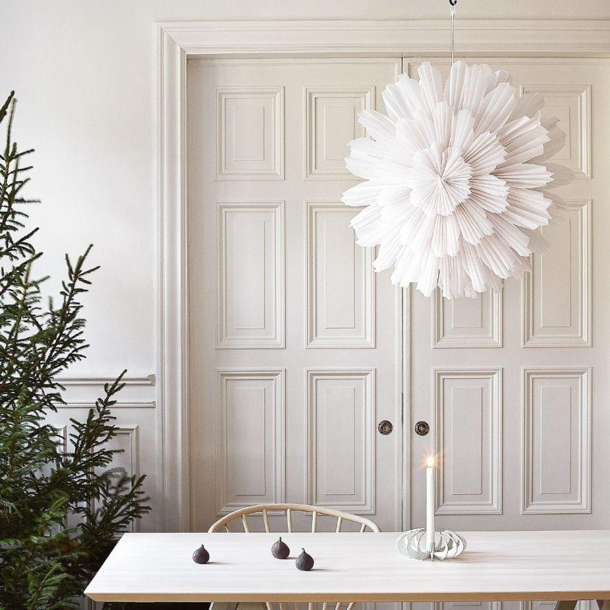 Adventsstjärnan Snöblomma från Watt & Veke är tillverkad av tre lager halvtransparent vitt veckat papper.