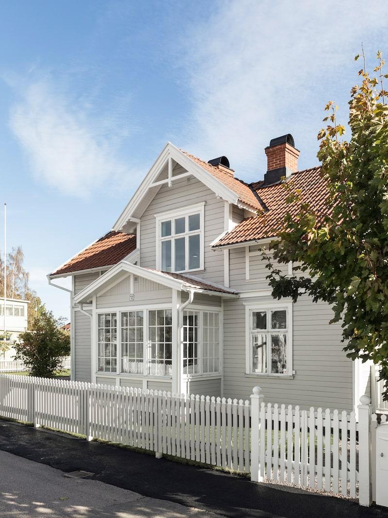 Huset är beläget i centrala Hjo nära den gamla stadskärnan.