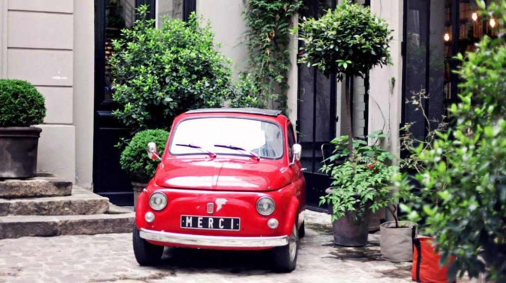 Håll utkik efter den röda bilen för att hitta till den hypade butiker Merci.
