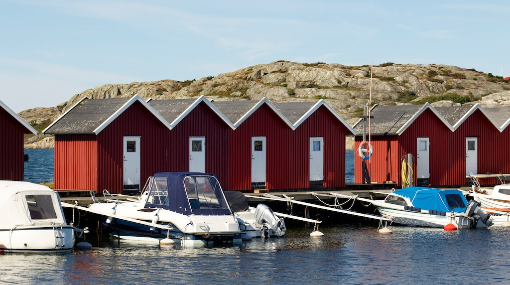 Havet har en stor plats i familjens hjärta, och de ägnar gärna lediga sommardagar åt att sola, bada och ta en tur med båten som ligger nere vid hamnen.