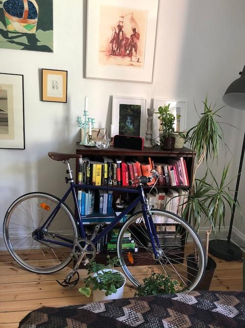En cykel framför bokhyllan blir som en del av inredningen den också.