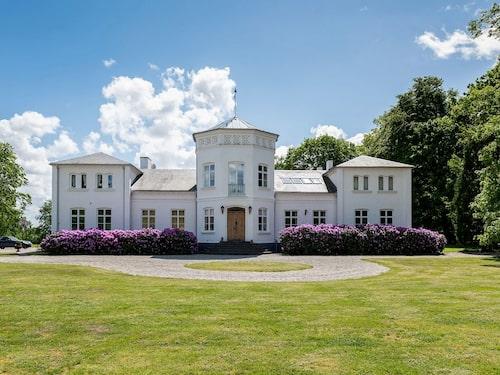 Kulltorps gård uppfördes 1860 av kantorn och hästhandlaren Jakob Kull.