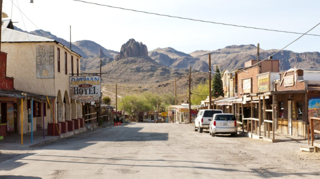 <p>I Oatmins finns bland annat souvenirbutiker, shower med veteranbilar och duellerande cowboys. </p>