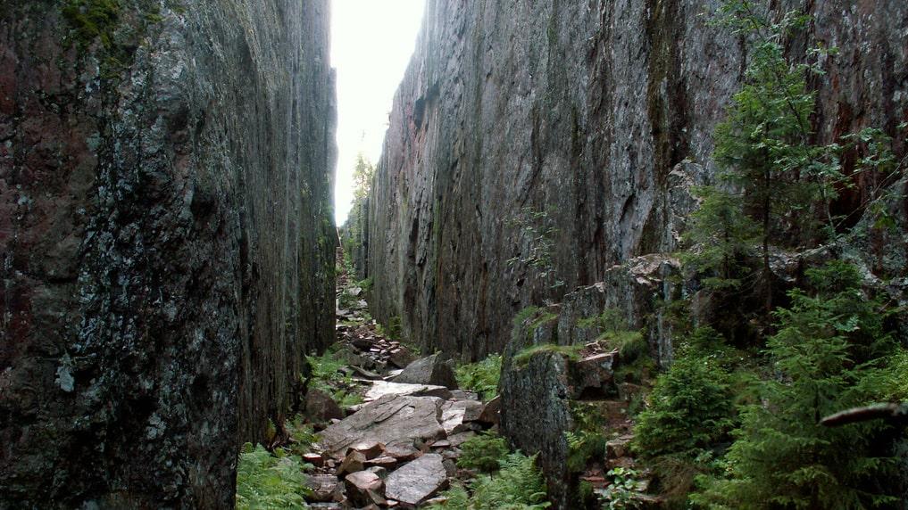 En 200 meter lång och 30 meter djup bergsskreva klyver berget i två i Skuleskogen.