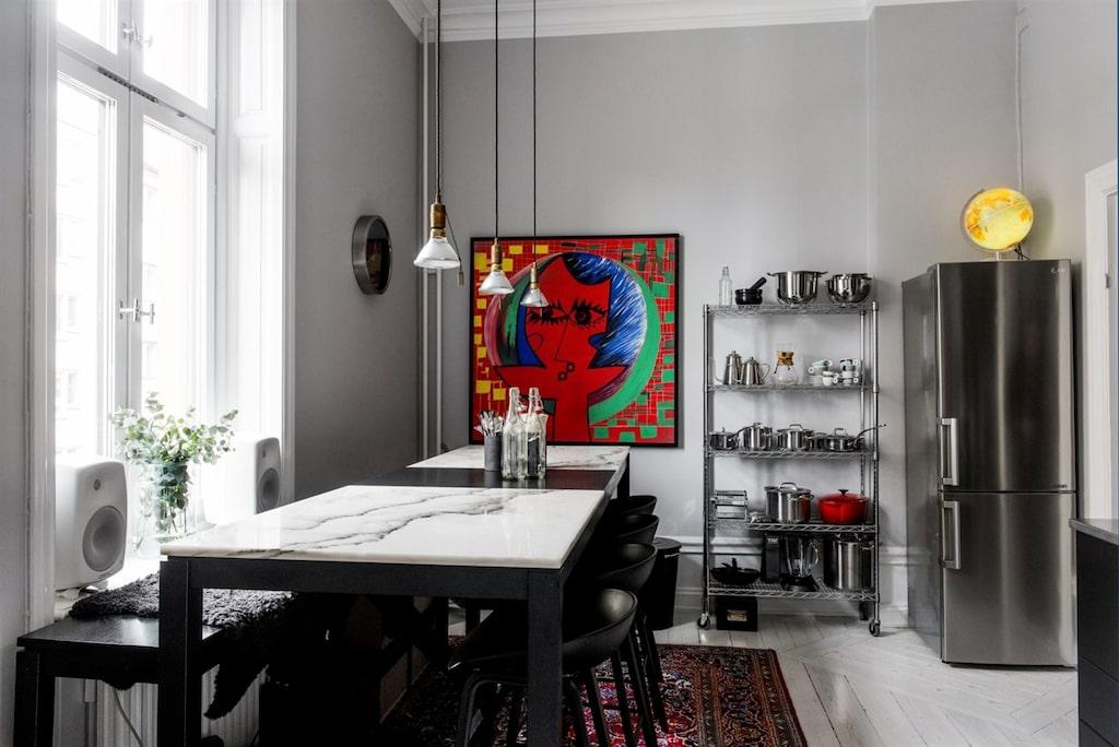 Köket är lägenhetens hjärta med plats för matgrupp för upp till 10 personer.