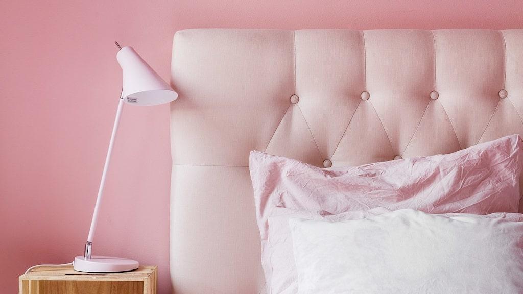 Vägg, lampa, sänggavel och sängläder – det kan aldrig bli för mycket rosa!