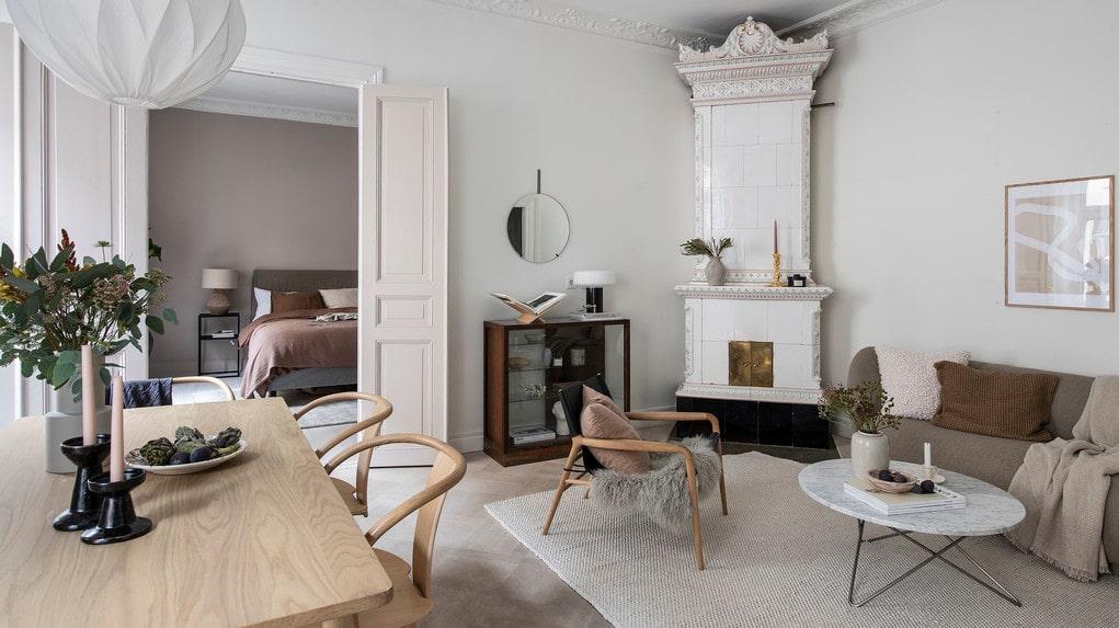 Kakelugn i vardagsrummet, och vackra pardörrar in till sovrummet.