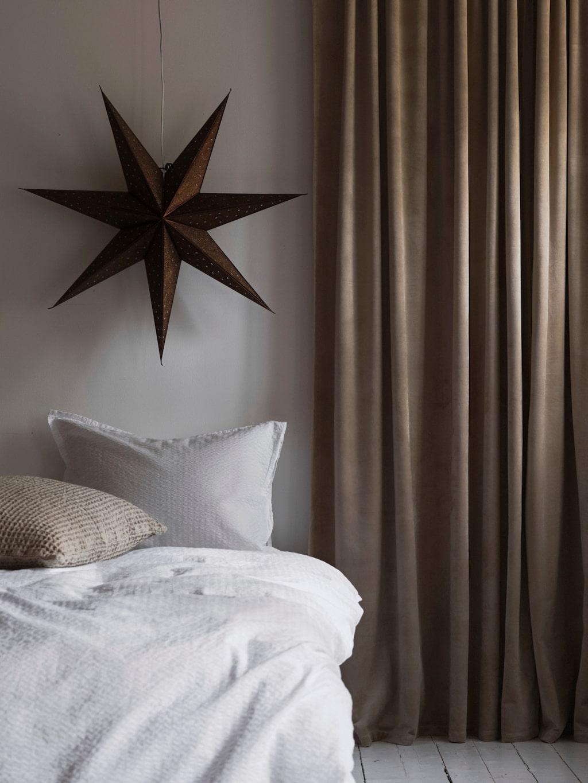 För en inredning med jordiga och naturnära toner passar den bruna glittriga pappersstjärnan Glittra från Ellos fint.