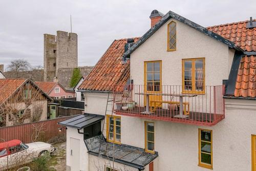 Husets balkong vetter mot havet.