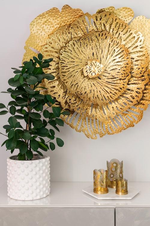 Sabina gick länge och tittade på den fantastiska väggdekorationen innan hon slog till och köpte den. Dekoration, från Vellingeblomman. Ljuslyktor, Skultuna. Marmorfat, Cervera. Blomkruka, Gekås.
