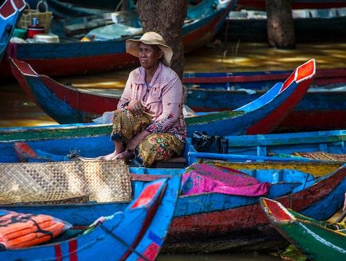 Båtförare i mangroveskogen som kantar den stora sjön Tonlé Sap.