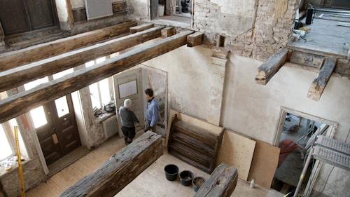 Agens och Stefan har fått lägga nya golv och tak i slottet.