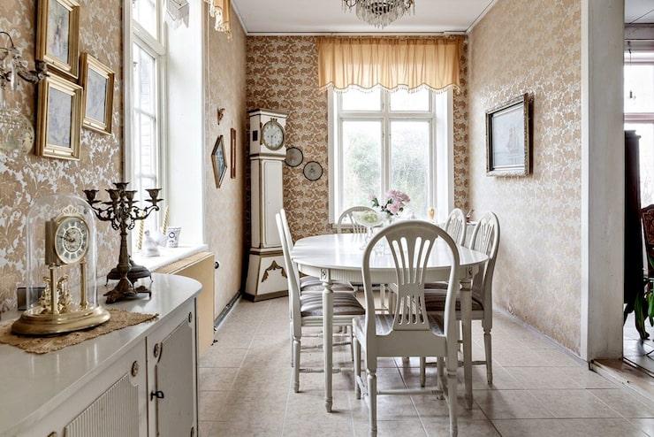 Matsalen är i dag inredd med klinkers och tapetserade väggar.
