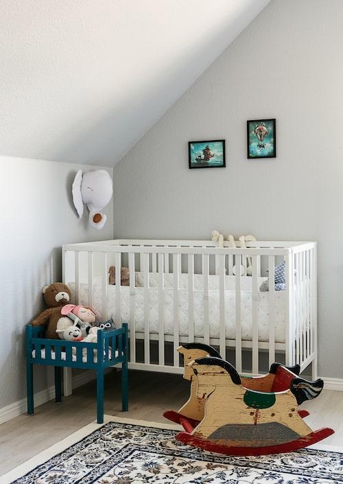 Egons rum finns på övervåningen bredvid föräldrarnas. Sängen är ett Blocketfynd av märket Troll. Docksängen hade Jenny när hon var liten. Gunghästen fyndades på loppis för 50 kronor.
